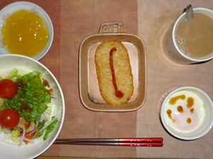 ハッシュドポテト,サラダ(キャベツ、レタス、大根、水菜、トマト),目玉焼き,オレンジゼリー,コーヒー