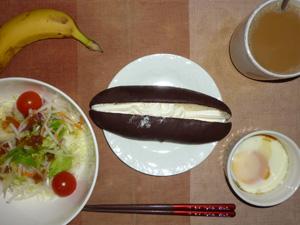 ホイップチョコロール,サラダ(キャベツ、大根、水菜、トマト)オリーブオイル・青紫蘇,目玉焼き,バナナ,コーヒー(豆乳)