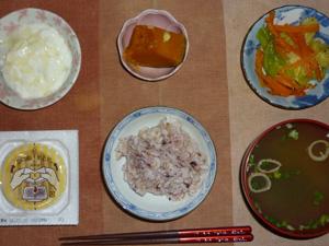 胚芽押麦入り五穀米,納豆,カボチャの煮物,ニンジンとキャベツのソテー,ほうれん草とワカメのおみそ汁,オリゴ糖入りヨーグルト