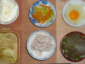 胚芽押麦入り五穀米,卵,玉葱のオーブン焼き,人参とキャベツのソテー,ワカメのおみそ汁,オリゴ糖入りヨーグルト