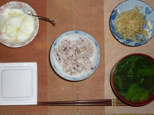 胚芽押麦入り五穀米,納豆,もやしのわさび醤油和え,ほうれん草とワカメのおみそ汁,オリゴ糖入りヨーグルト