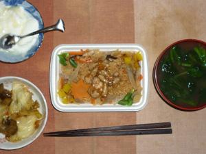 鶏五目御飯,キャベツと茄子の炒め物,ほうれん草とワカメのおみそ汁,オリゴ糖入りヨーグルト