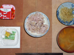 胚芽押麦入り五穀米,納豆,もやしのわさび醤油和え,玉葱と人参のおみそ汁,ヨーグルト