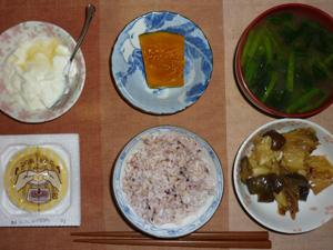 胚芽押麦入り五穀米,納豆,カボチャの煮物,茄子とキャベツの炒め物,ほうれん草とワカメのおみそ汁,オリゴ糖入りヨーグルト
