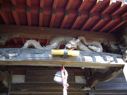 P1020544 八雲神社の「向拝の龍」の鏝絵