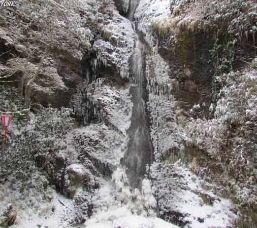 スマホ用 3293雪の関の塩滝960×854.jpg