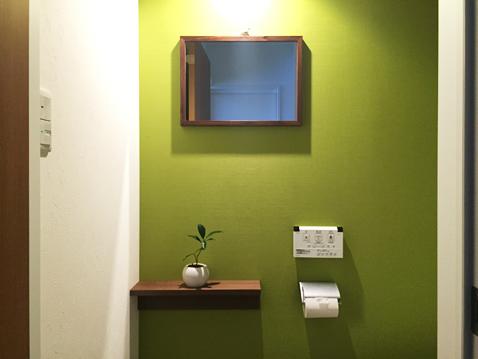 トイレに鏡(ミラー)がないと来客の際に不便かと思い、またまた無印の「壁に付けられる家具」シリーズの鏡を取り付けました。