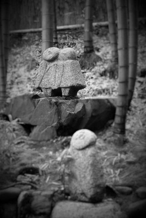 モノクロ石像