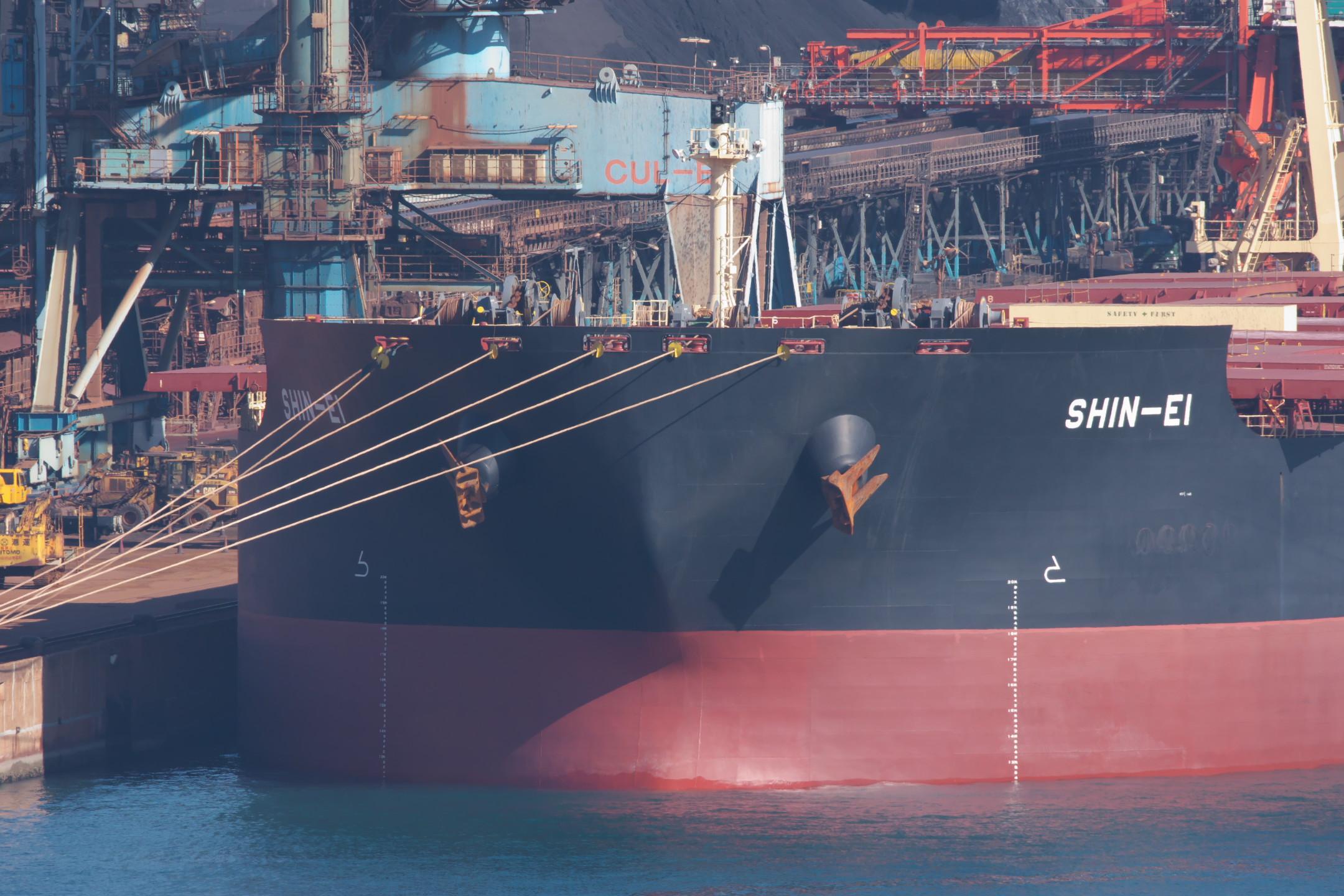 鹿島港製鉄所岸壁に接岸する大型タンカー