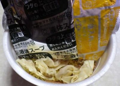 2/1発売 でかまる 濃厚豚しおワンタン麺(内容物)