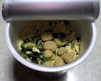 サッポロ一番 大人の塩らーめん 鶏つみれの柚子胡椒仕立て(内容物)