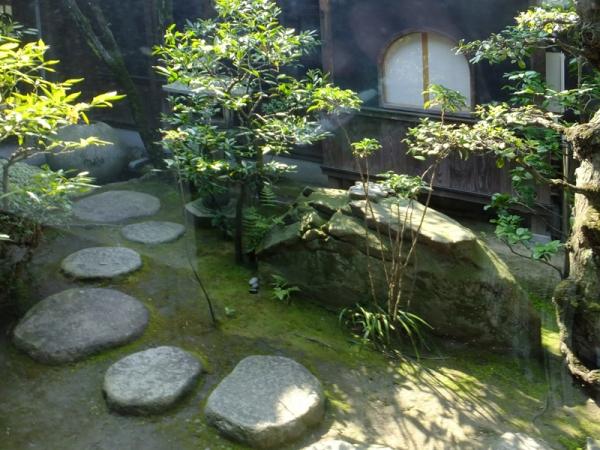 三角亭の庭
