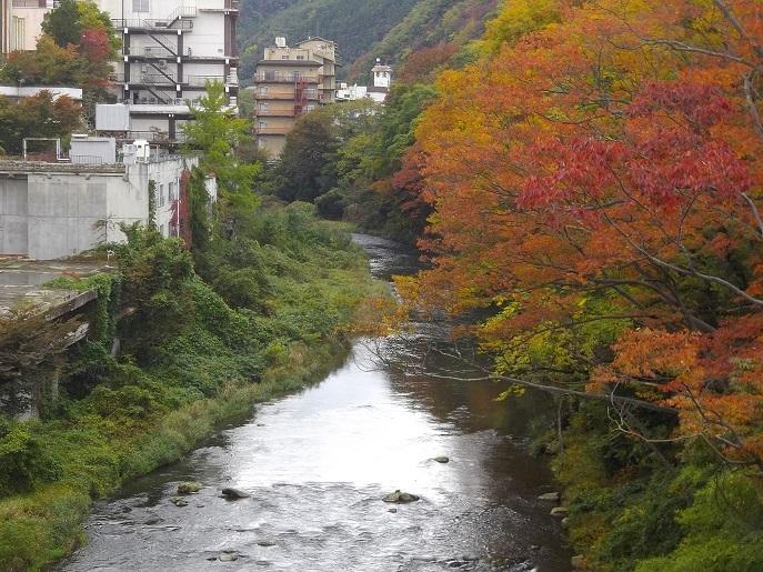 温泉街を流れる摺上川