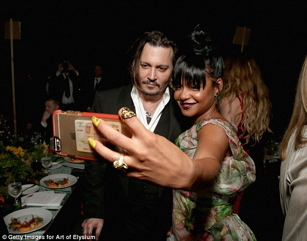 2FF9989100000578-3392345-Strike_a_pose_Johnny_poses_with_singer_Christina_Milian_for_a_se-m-6_1452418406628 - コピー