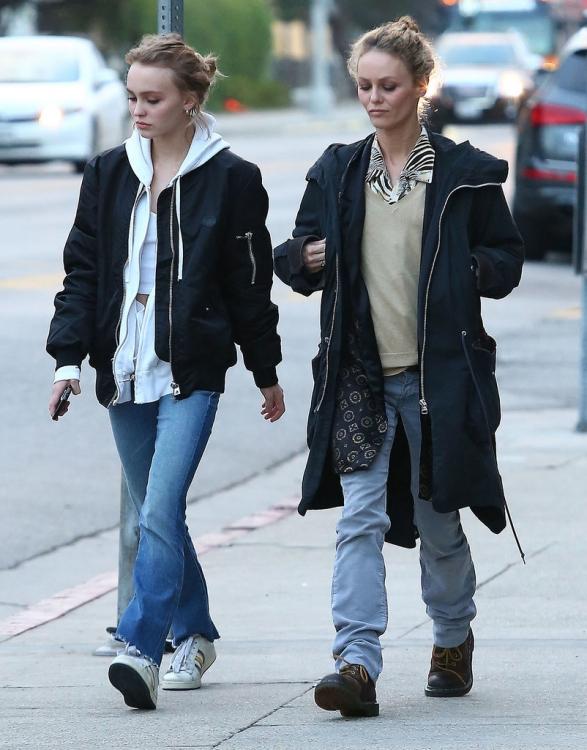 Vanessa-Paradis-Lily-Rose-Depp-Shopping-LA-2016 (2)
