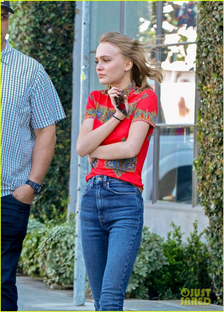 lily-rose-depp-reveals-the-weirdest-thing-her-parents-have-done-01.jpg