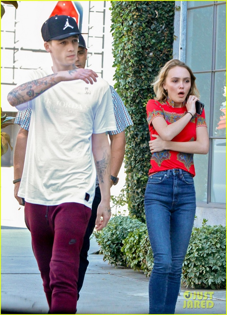 lily-rose-depp-reveals-the-weirdest-thing-her-parents-have-done-03.jpg
