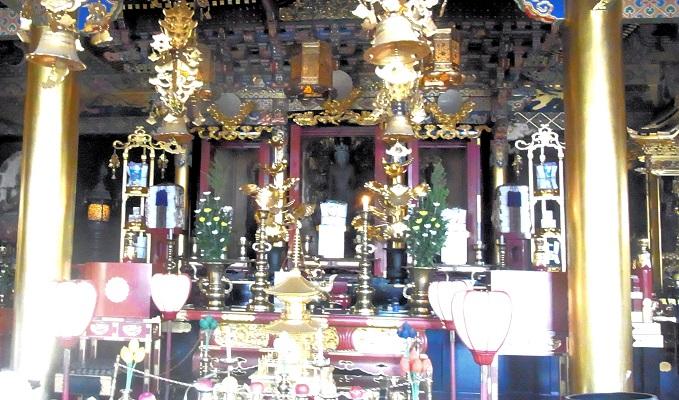 本尊・十一面観音像が厨子内に祀られる、中山寺本堂