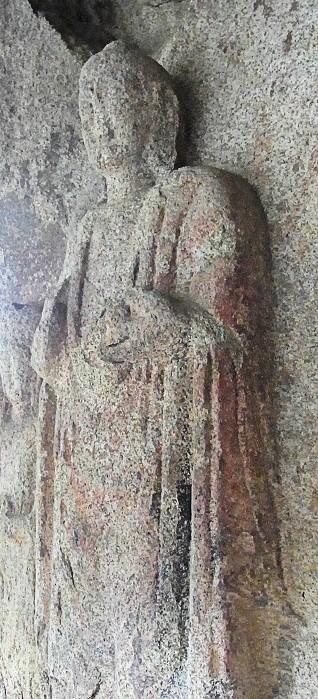 泰安・磨崖三尊仏像~斜めから見たシルエット