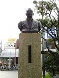 伊予鉄松山市駅 井上正夫の像