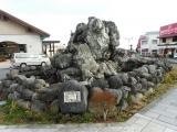 東武日光駅 噴水の大岩