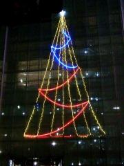 151222_3671工事現場に点ったクリスマスツリー_縦VGA