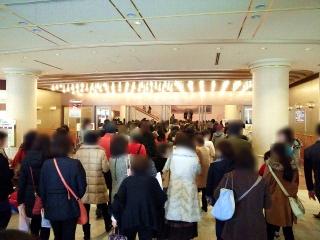 160104_3703「宝塚大劇場」劇場出入口の人だかりVGA