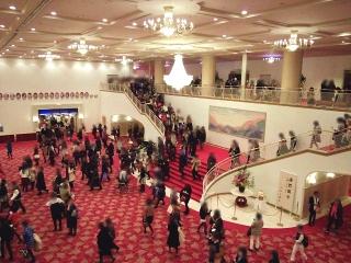 160104_3710「宝塚大劇場」終演後の人混みVGA