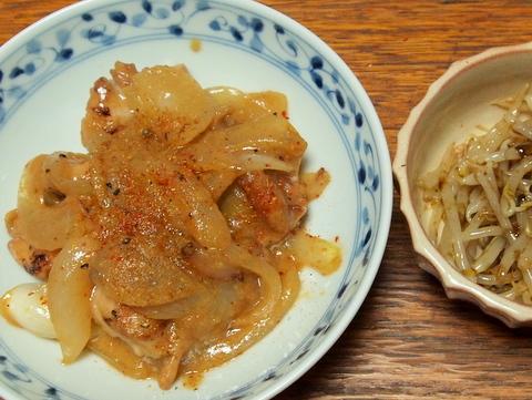鶏肉と玉葱の味噌炒めともやしのごはんですよ和え