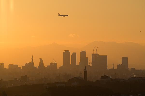 名駅ビルと飛行機