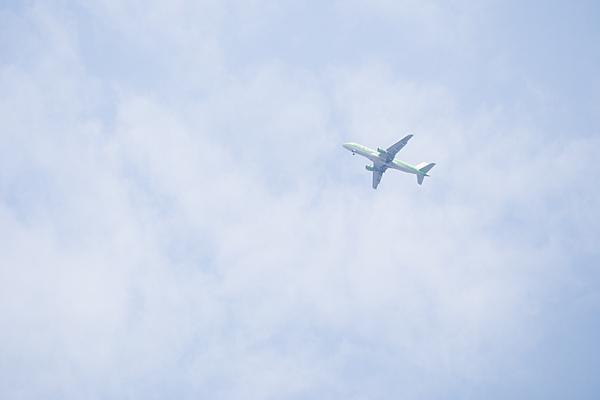 雲の中を行く飛行機