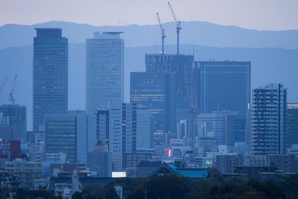 名古屋駅ビルに灯がともる