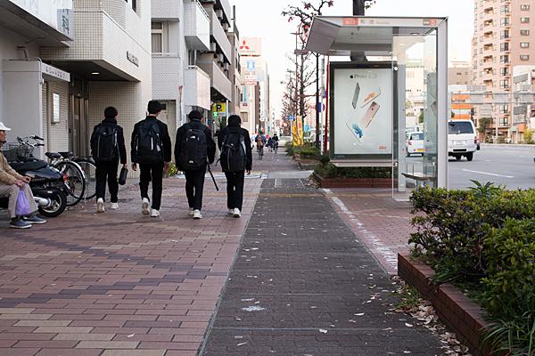 学校帰りの中学生たち