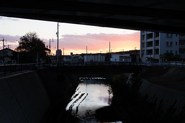 橋の上のシルエット