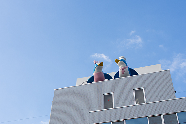 ビルの上のペンギン