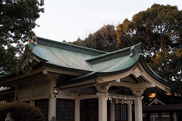 拝殿と西日