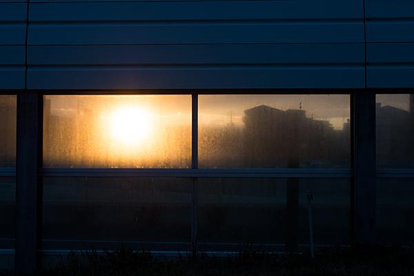 防音フェンスと夕日