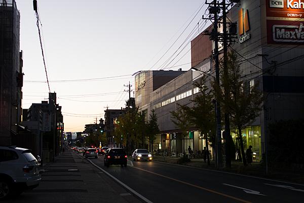 夕暮れどきの街並み