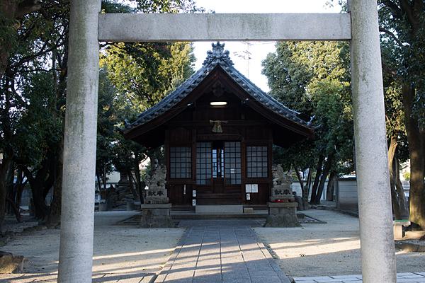 鳥居と拝殿前
