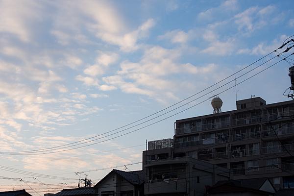 夕暮れの住宅と給水塔