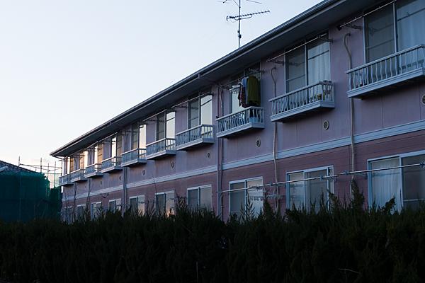 夕方のアパートと洗濯物
