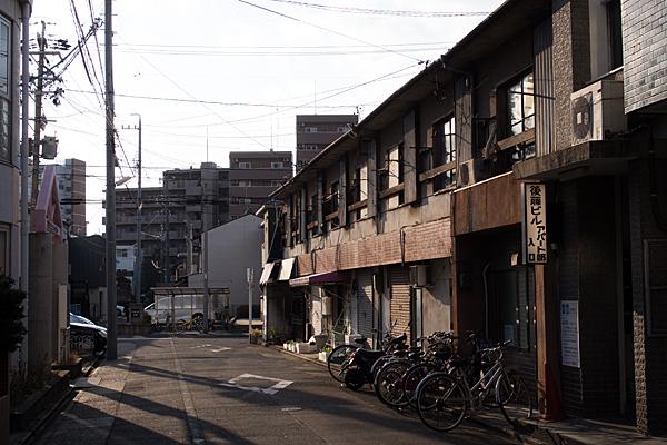 西日のアパート