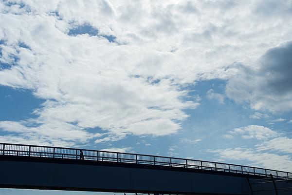 歩道橋と空