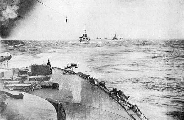 5月27日早朝、バルチック艦隊との決戦に出撃する連合艦隊(「朝日」艦上より)