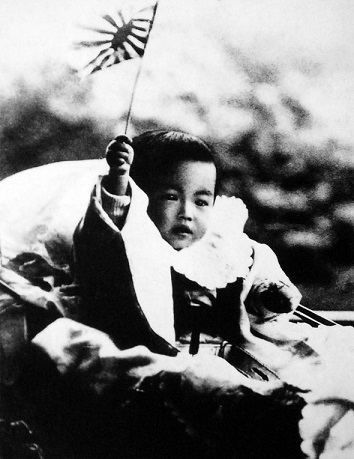 旭日旗の小旗を持つ迪宮裕仁親王(幼少期の昭和天皇)、1902年(明治35年)