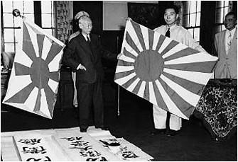 自衛隊旗と自衛艦旗の制定(1954年6月)。中央左は初代防衛庁長官の木村篤太郎。足元には「防衛庁」「防衛大学校」の看板。
