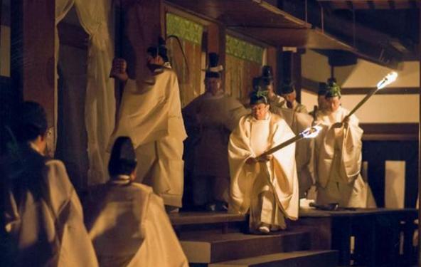 新嘗祭に臨まれる天皇陛下=2013年11月23日、皇居・神嘉殿(宮内庁提供)