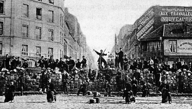 コミューンによってパリ市内に築かれたバリケード