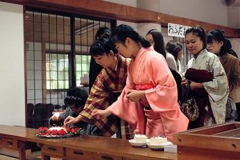 針供養に参加する女性