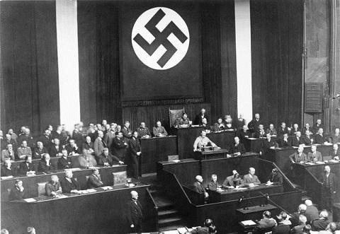 全権委任法成立後に演説を行うヒトラー(1933年3月)